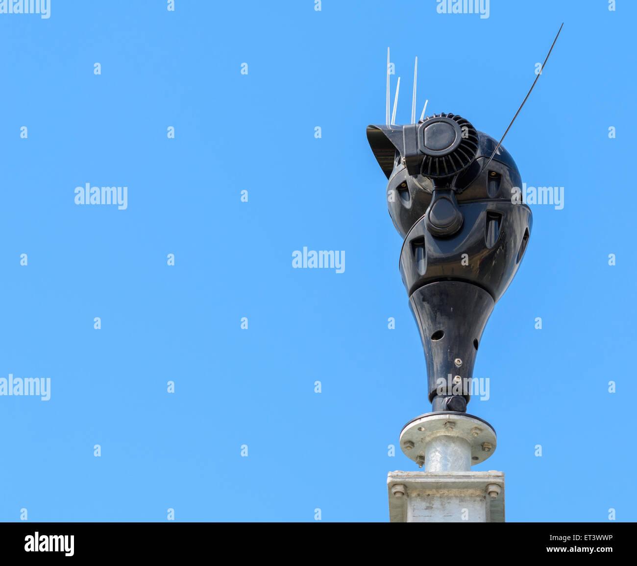 Webcam esterna contro il cielo blu. Immagini Stock