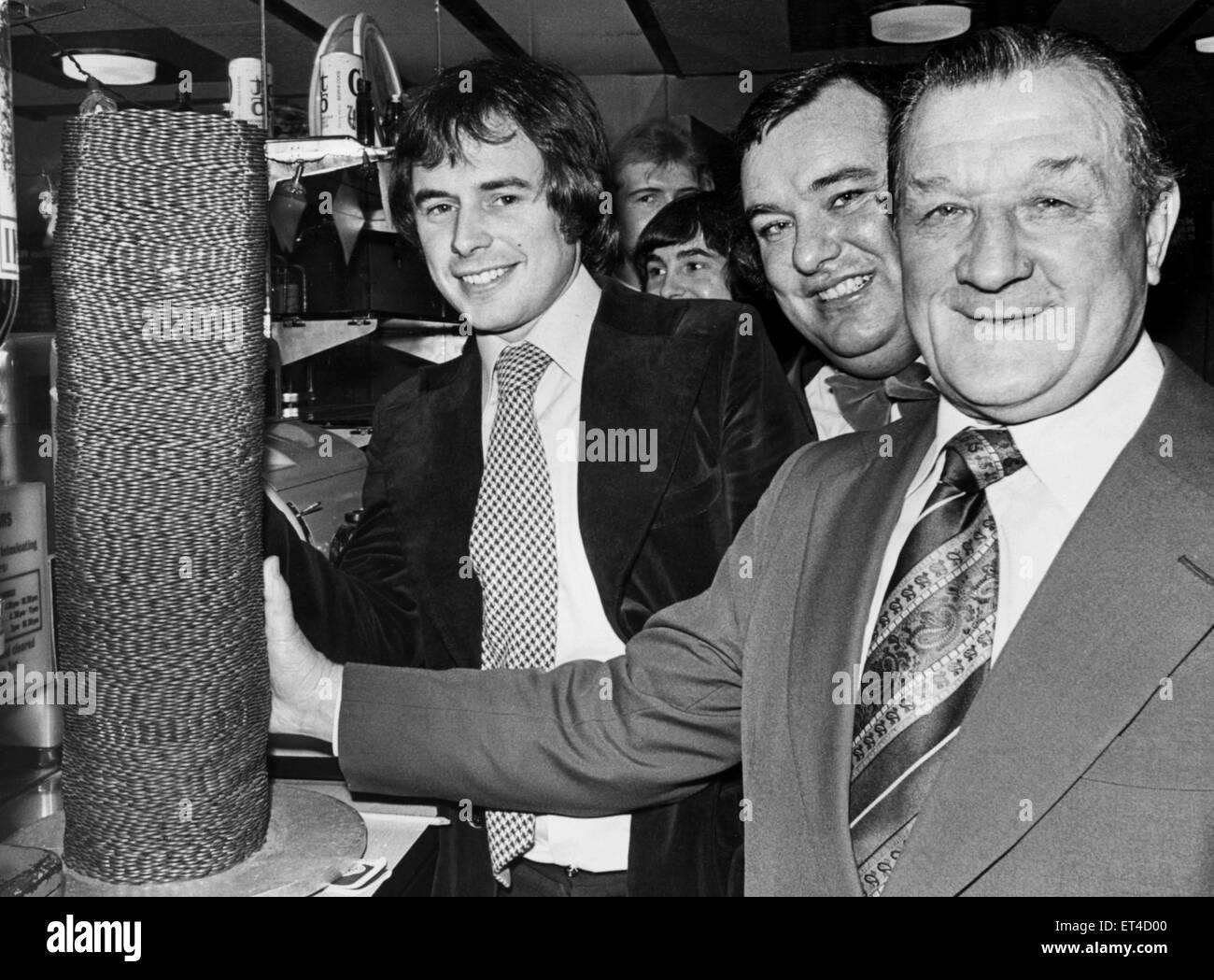 Liverpool manager Bob Paisley aiuta a Nick Owen di BBC radio Birmingham il trasferimento di una pila di monetine Immagini Stock