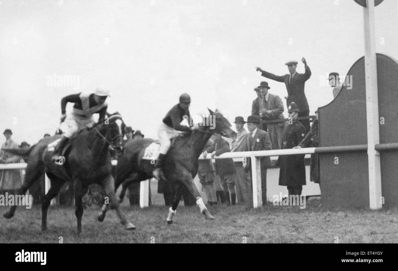 Shaun Golin passa il post di finitura all'ala 1930 Grand National. Il 29 marzo 1930 Immagini Stock