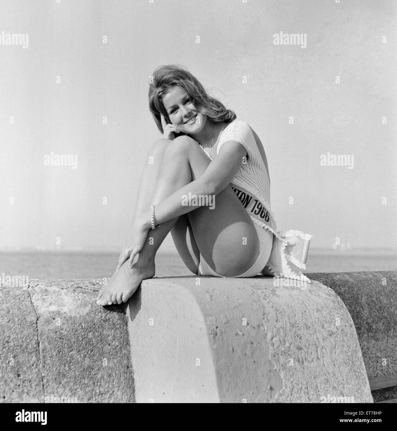 Carole Fletcher, 19 da Southport, incoronato Miss New Brighton, Cheshire, 24 agosto 1966. Immagini Stock