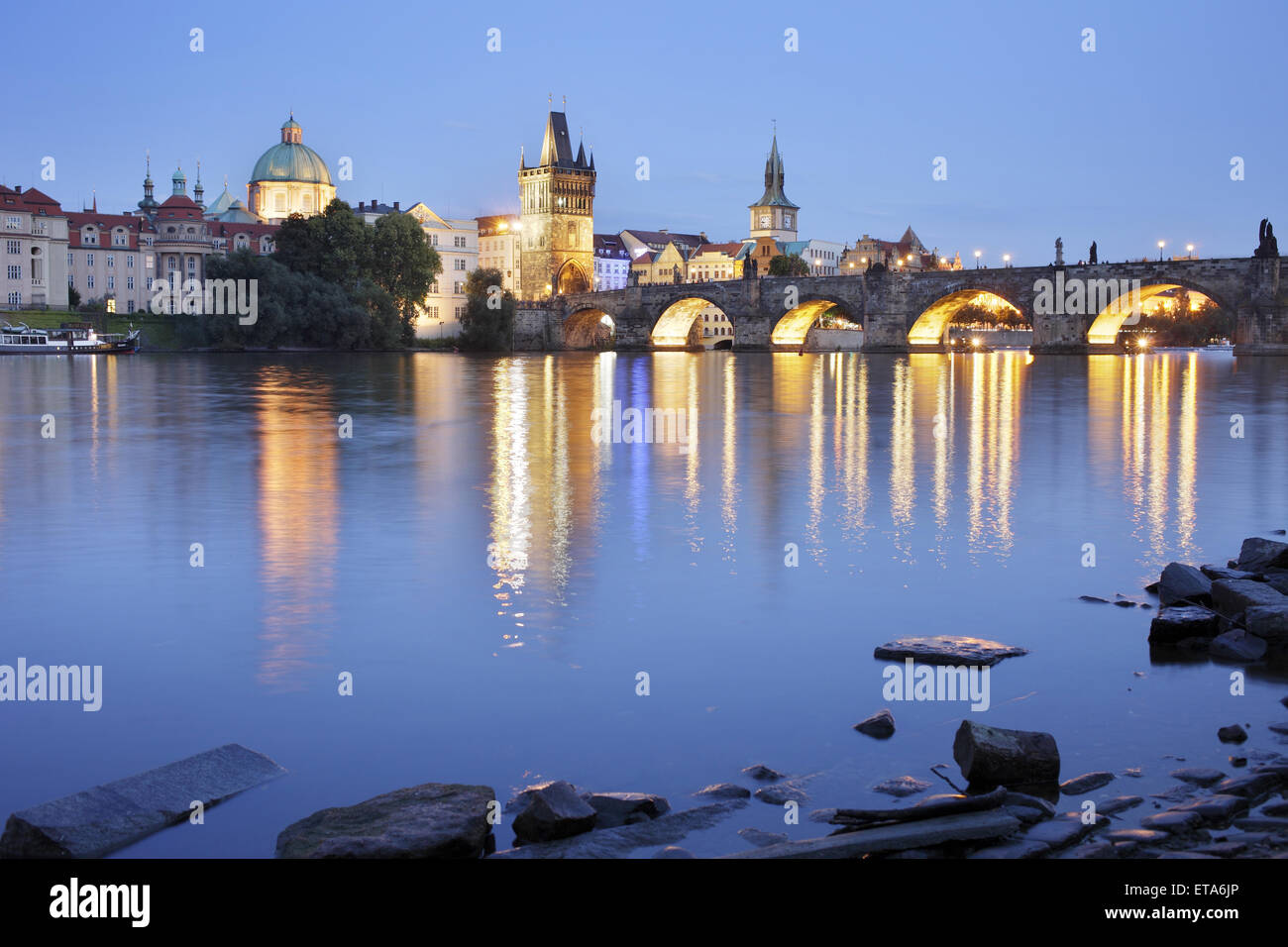 Praga Repubblica Ceca, Moldavia e Charles Bridge di sera Foto Stock