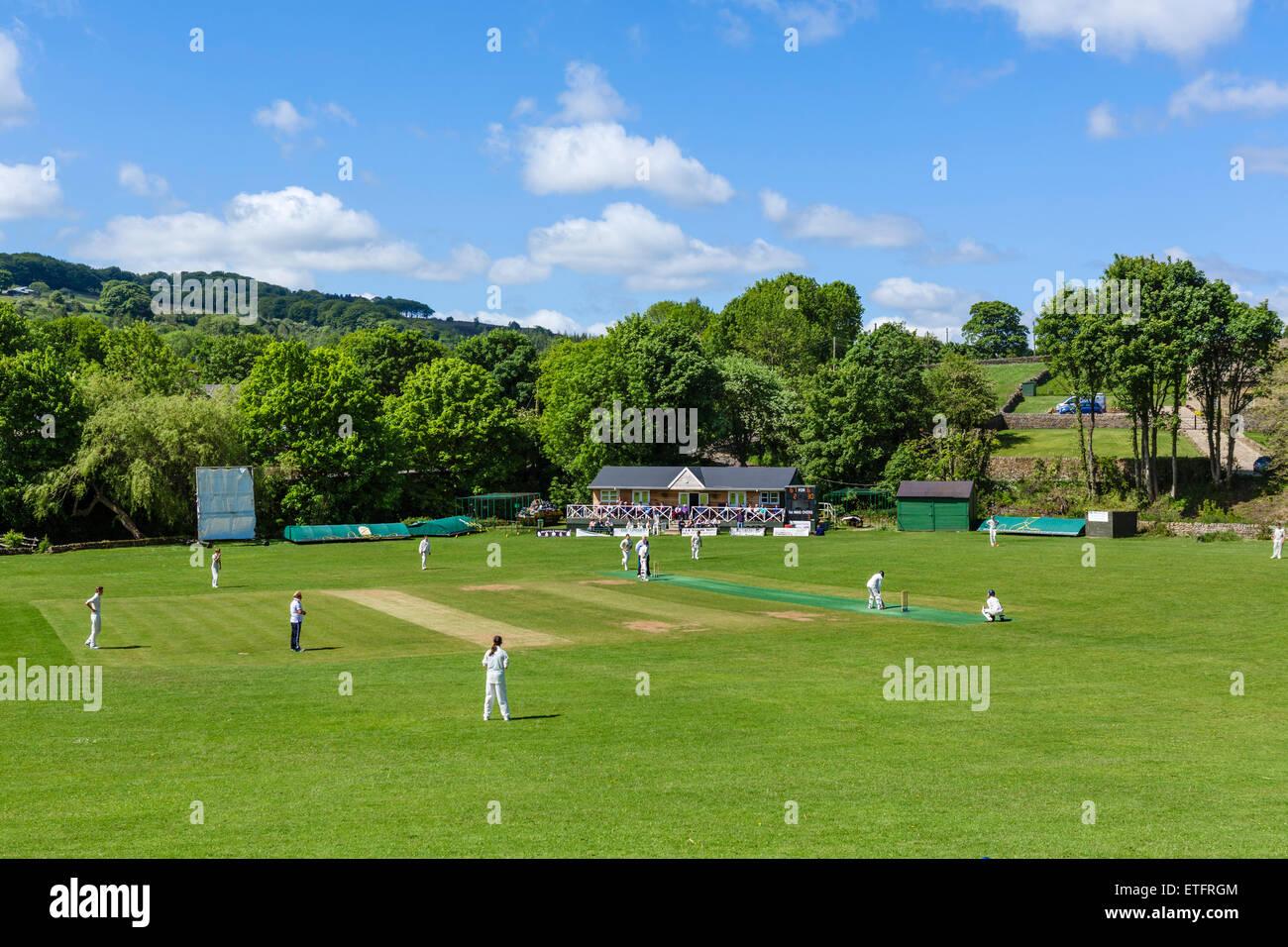 Domenica pomeriggio il cricket nel villaggio di bassa Bradfield, Distretto di Sheffield, South Yorkshire, Inghilterra, Immagini Stock