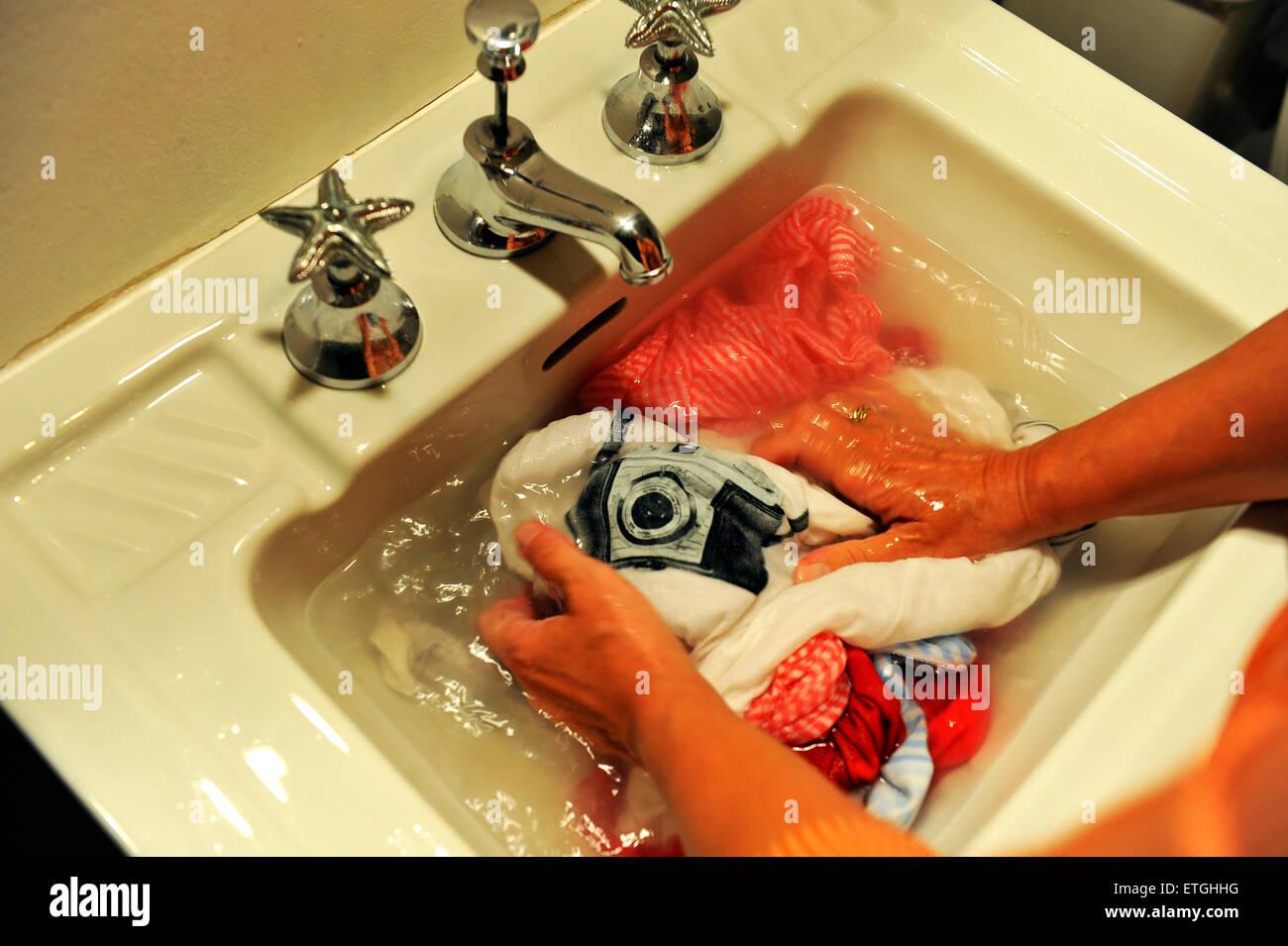Il lavaggio a mano nel vintage una bacinella di un bagno una t shirt