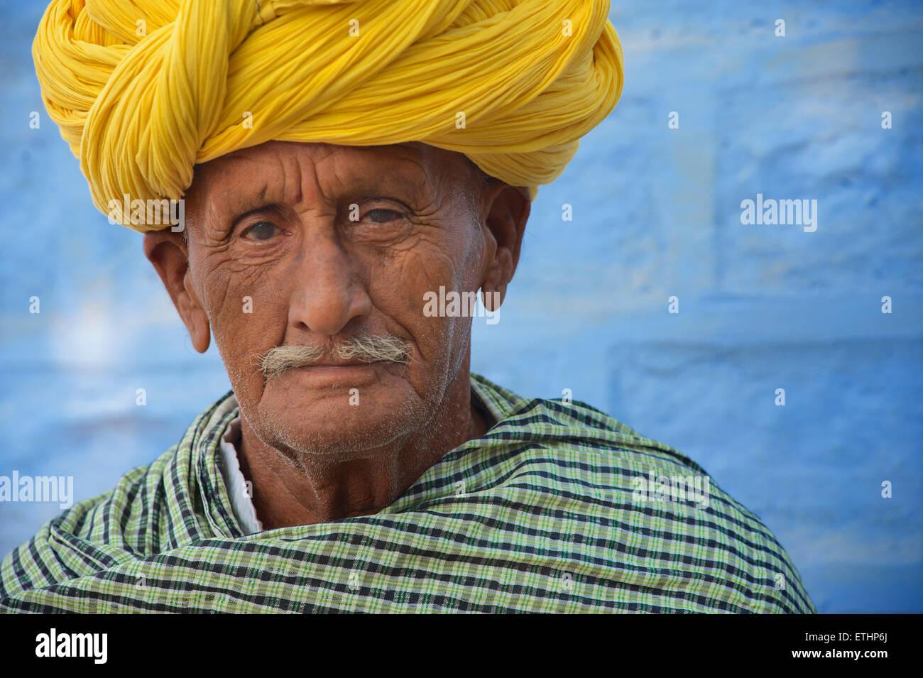 Uomo di Rajasthani in turbante giallo, Jodhpur, Rajasthan, India Immagini Stock