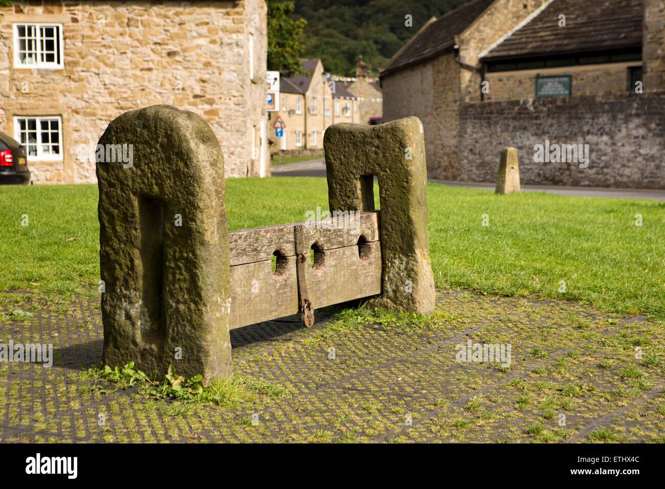 Regno Unito, Inghilterra, Derbyshire, Eyam, Piazza del Mercato, inizio C XIX secolo in pietra in legno una punizione Immagini Stock