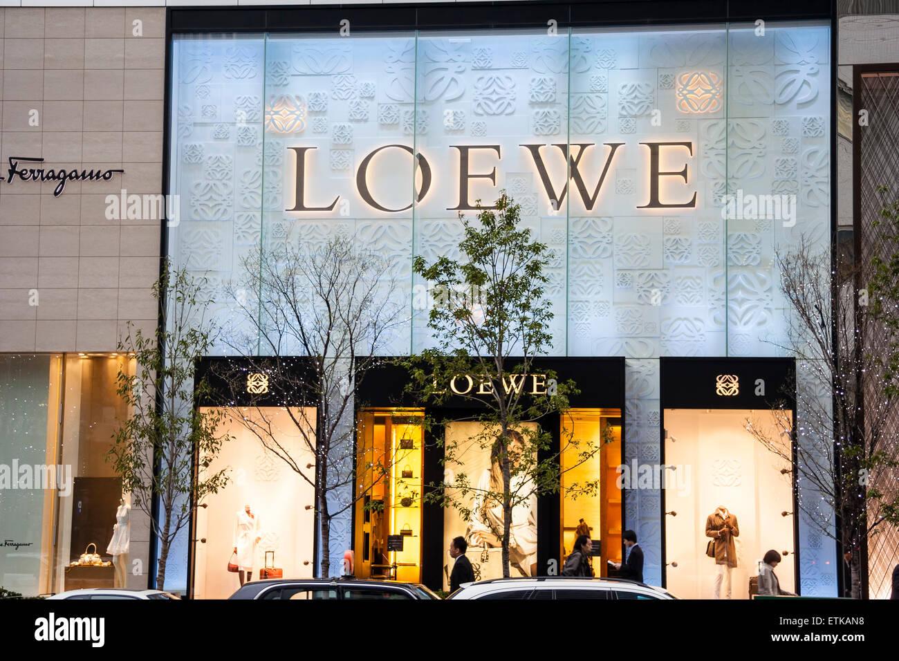 """Giappone, Osaka Umeda. Nome del marchio logo sopra segno negozio di fronte """" Loewe', con shop, negozio, Immagini Stock"""
