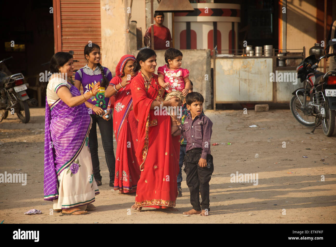 Famiglia indiana attraversando la strada, Jaipur, Rajasthan, India Immagini Stock