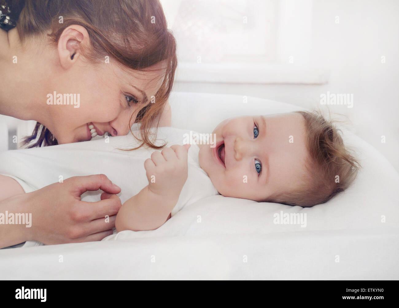 La madre e il suo neonato, concetto di maternità, soft immagine della bella famiglia Immagini Stock