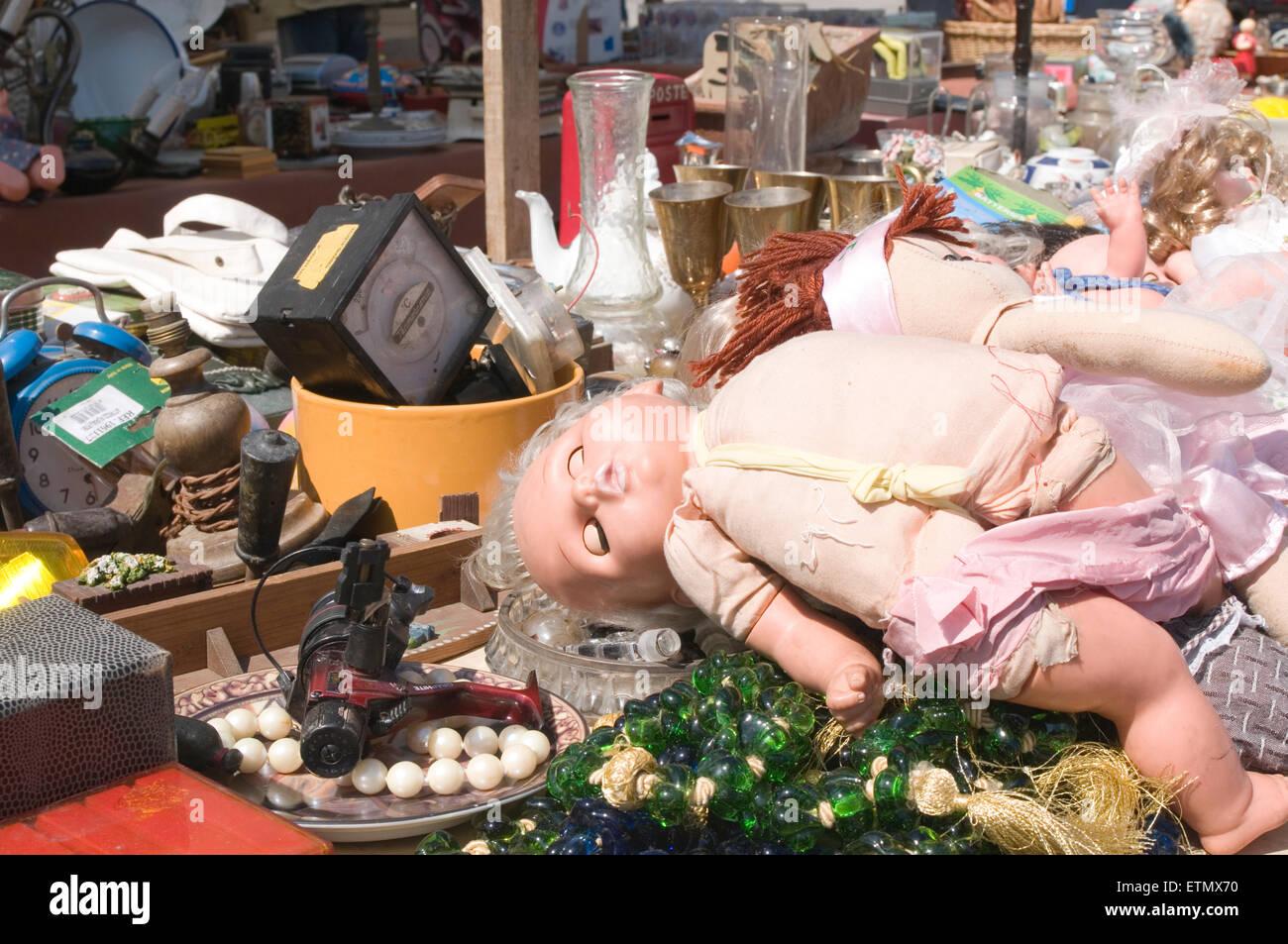 Vendita jumblesale vendite accozzaglia junk table top mercato delle pulci junk yard yardsale auto mercato carboot Immagini Stock