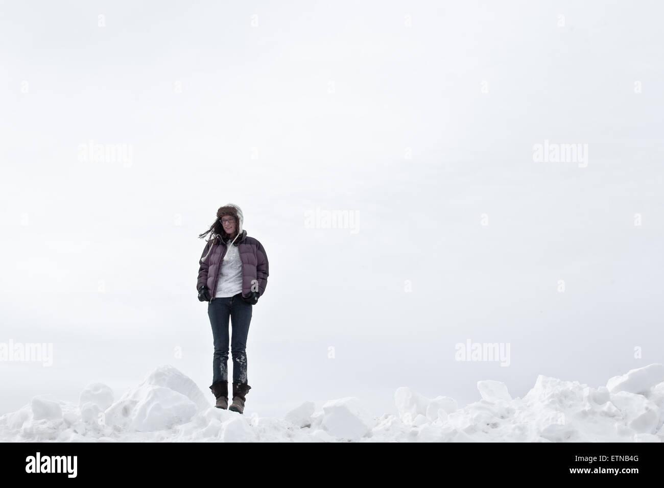 Donna in piedi nella neve, Wyoming USA Immagini Stock