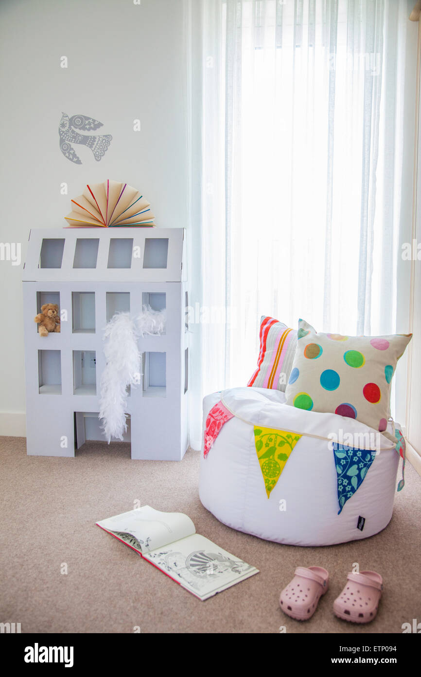 Letto singolo camera da letto delle ragazze. Una casa combinando ...