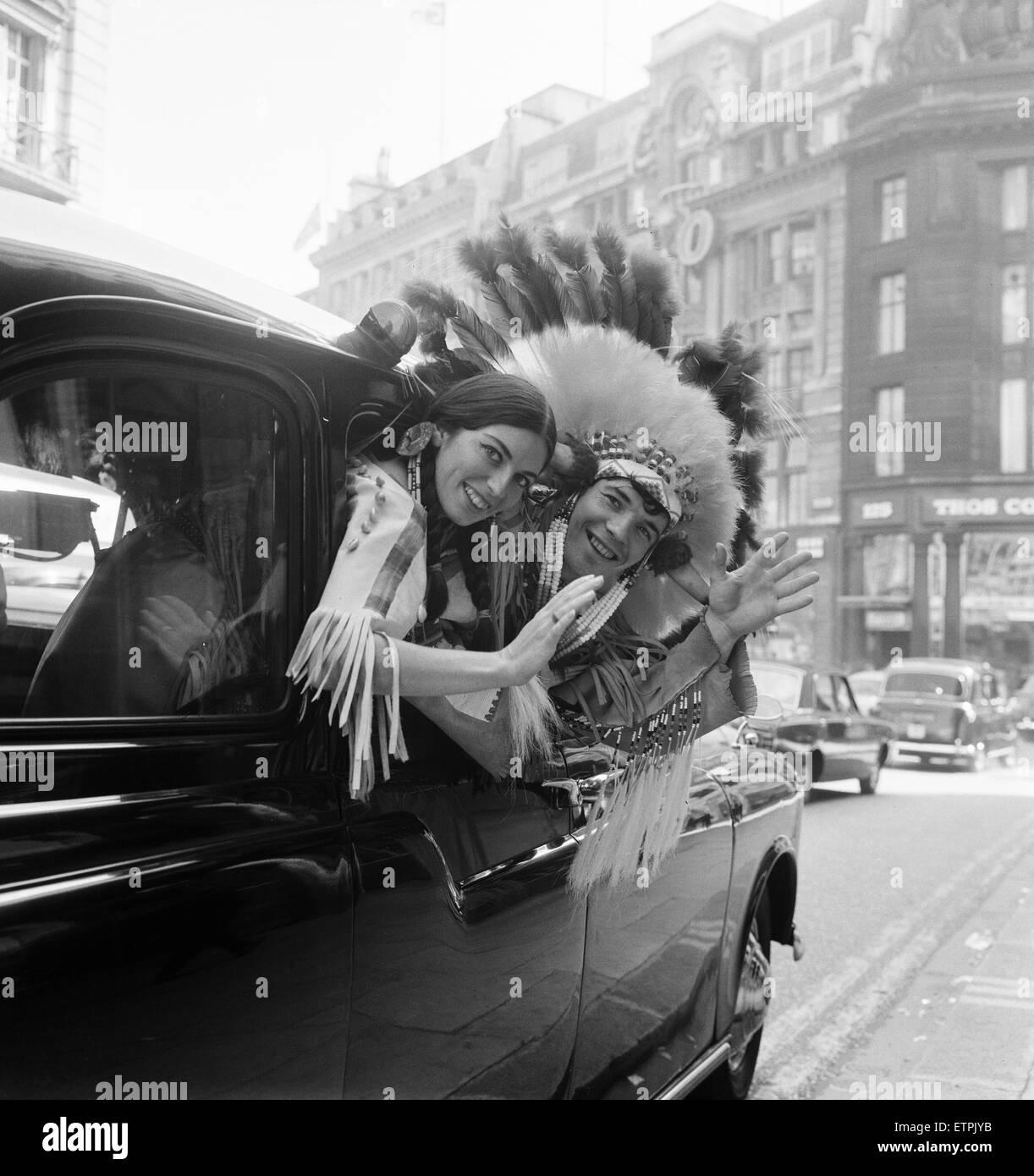 Coppia di attori vestiti come un capo indiano e la sua Squaw, nella foto di lasciare la Nuova Zelanda casa dopo Foto Stock