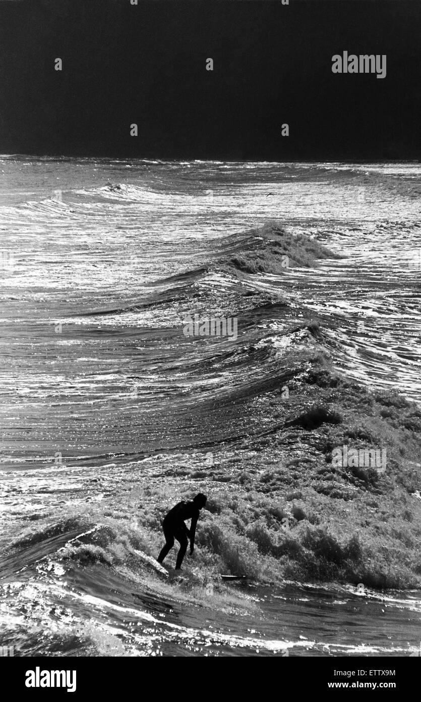 Nick nobile surf sulla cresta dell onda off Saltburn Pier. Il 20 maggio 1988. Immagini Stock