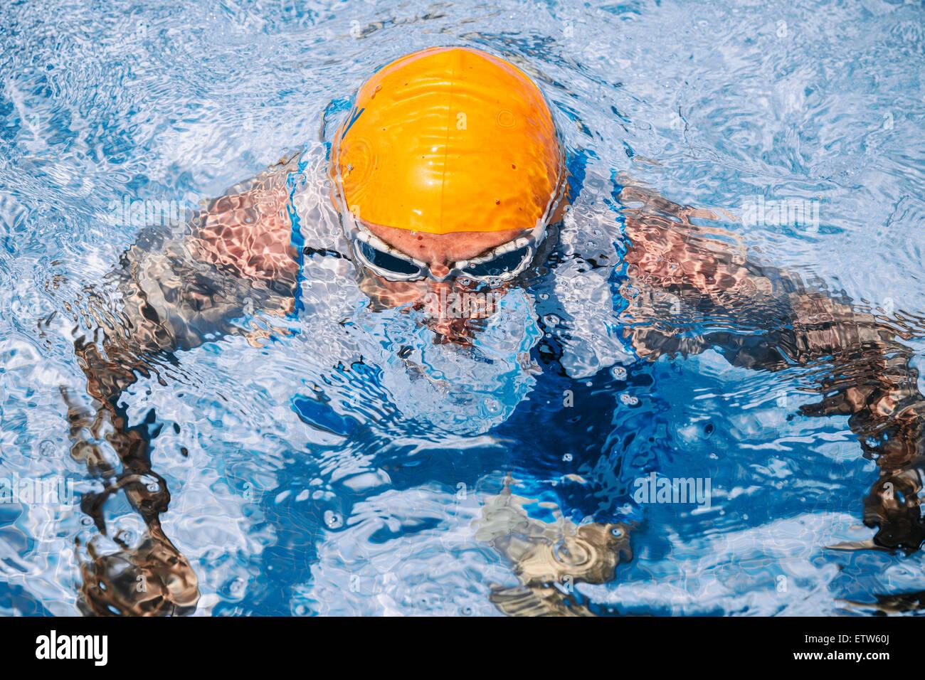 Spagna, Mallorca, Sa Coma, triathlet nuotatore uscendo dall'acqua Immagini Stock