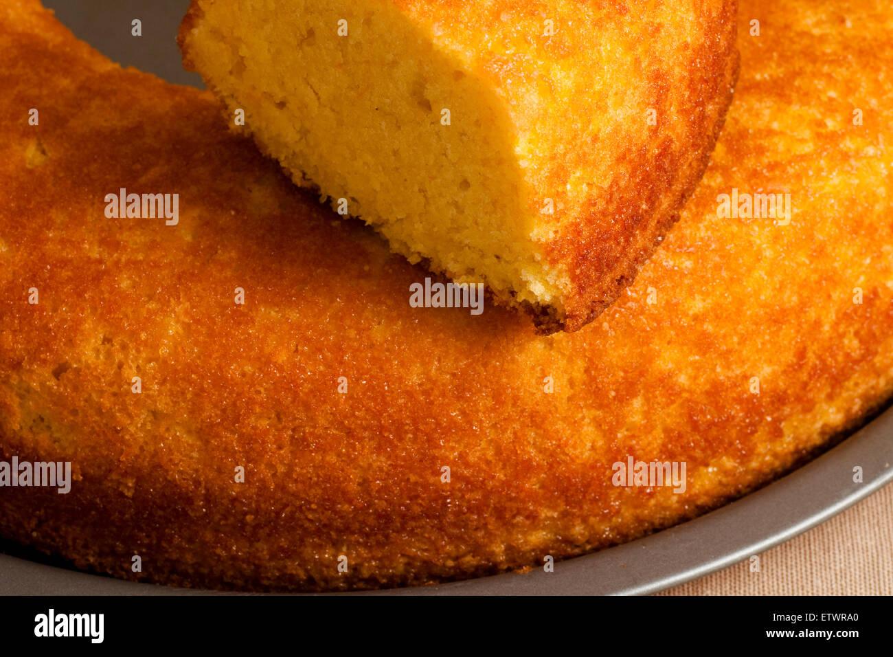 Ciambella dolce intero e tagliate a fette Immagini Stock