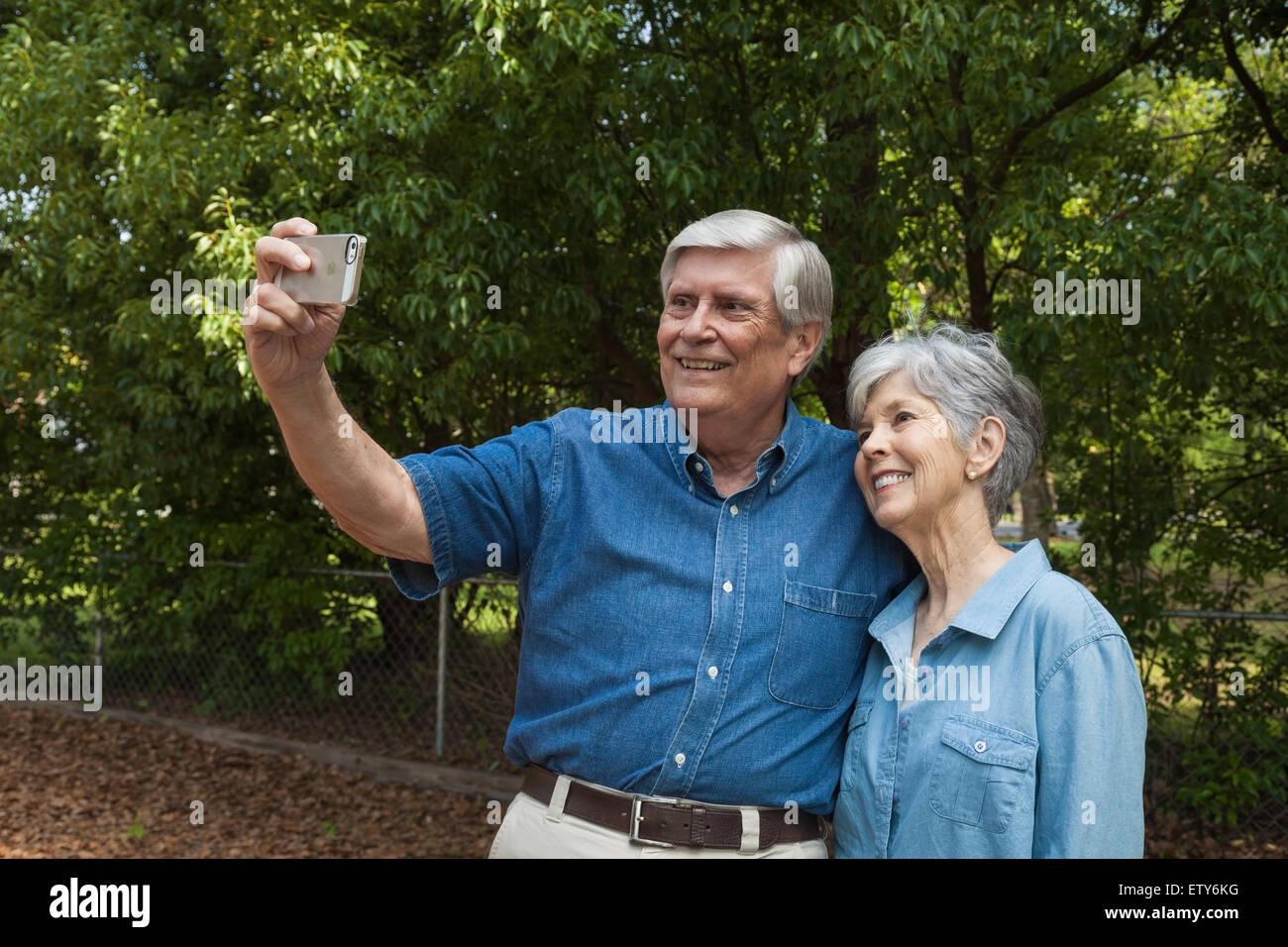 Coppia senior prendendo un 'Selfie' con lo smartphone. Immagini Stock