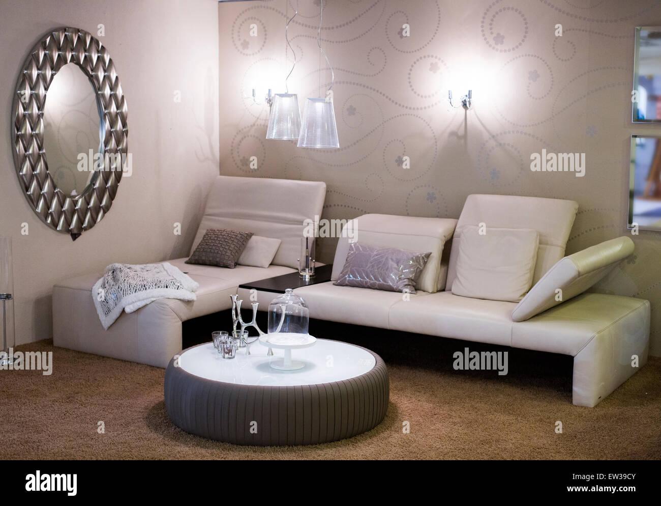 Soggiorno con mobili bianchi uno specchio e un tappeto marrone
