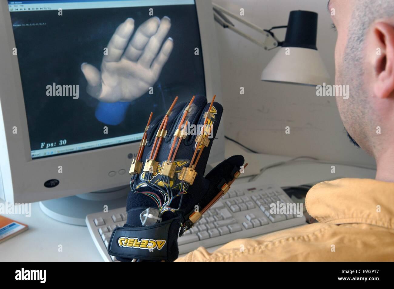 Scuola Superiore Sant'Anna di Pisa (Italia), laboratorio PERCRO, la ricerca sulla realtà virtuale; guanto Immagini Stock