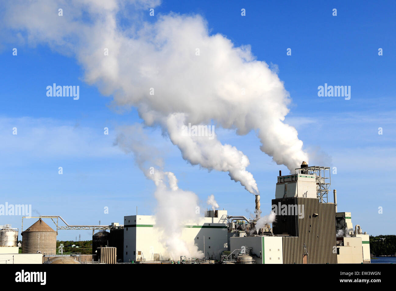 Il fumo dalla fabbrica rilascia l'inquinamento atmosferico e le emissioni di gas a effetto serra. Immagini Stock