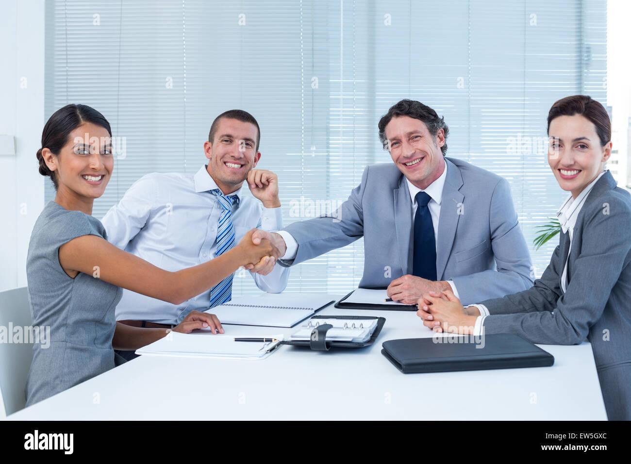 Team aziende saluto ogni altro Immagini Stock