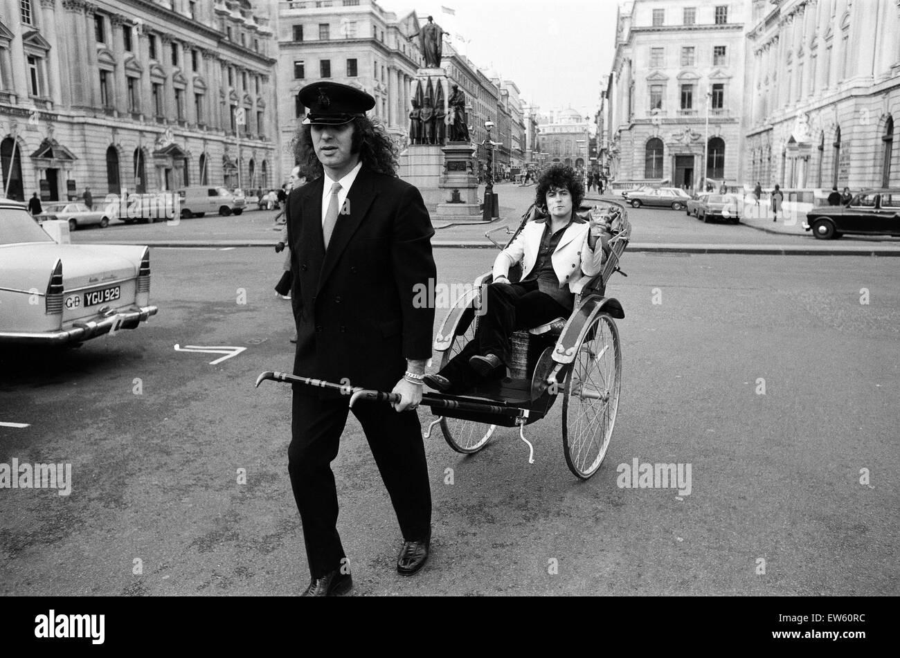 Il cantante Marc Bolan in un rickshaw a Londra. Disegno il rickshaw è Alphie O'Leary, Marc autista. Il Immagini Stock