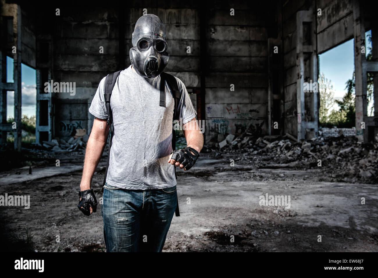 Uomo in maschera antigas Immagini Stock
