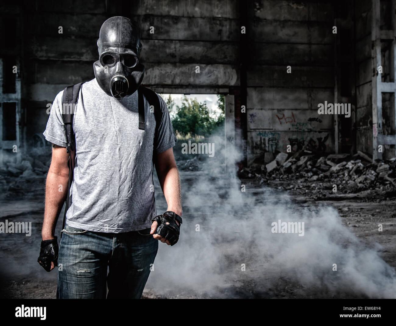 Uomo in una maschera a gas Immagini Stock