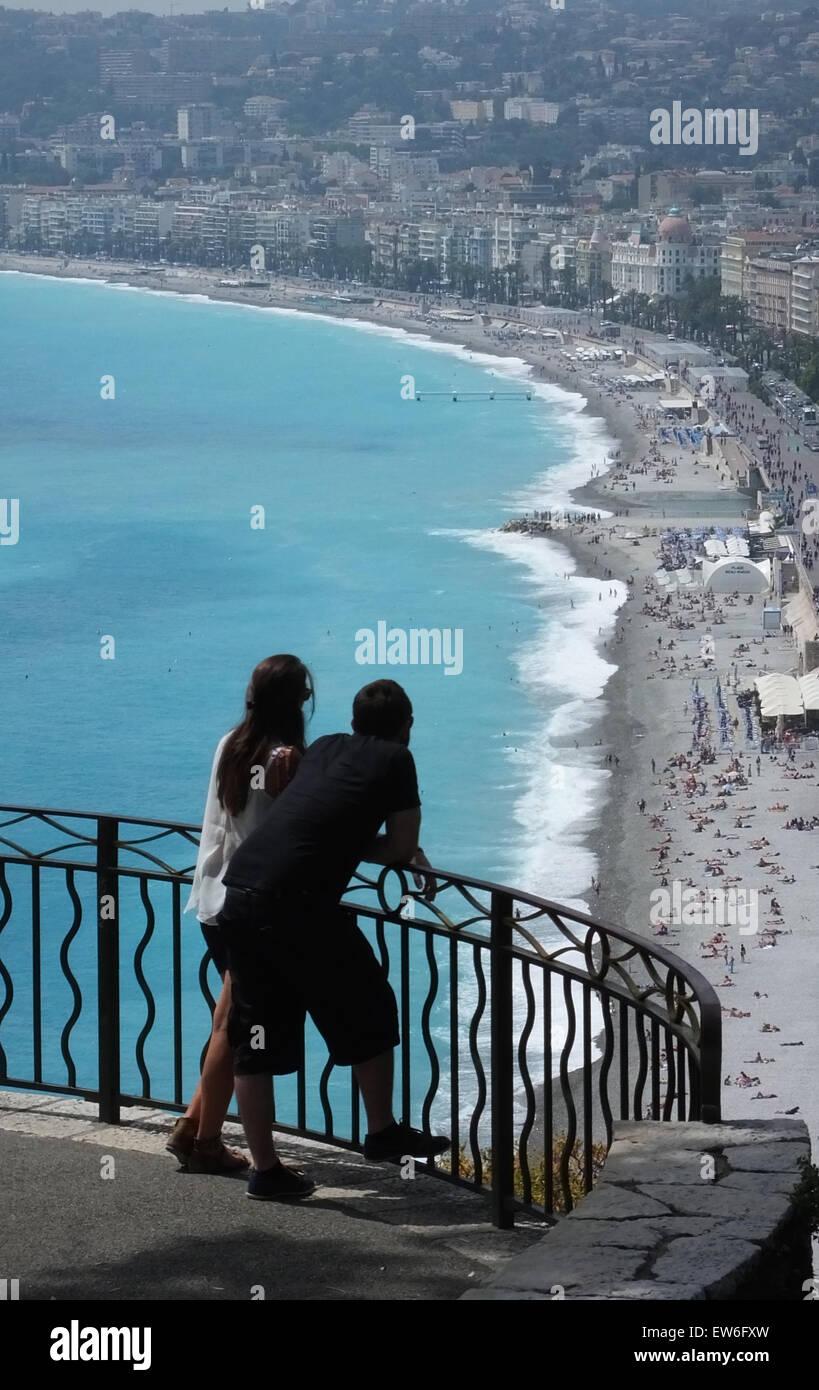Coppia giovane guardando fuori dal punto di vista sopra la Promenade des Anglais Nizza Francia Immagini Stock