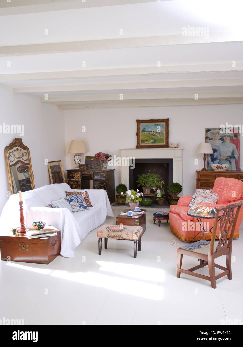 White buttare sul divano in bianco paese francese soggiorno con una ...