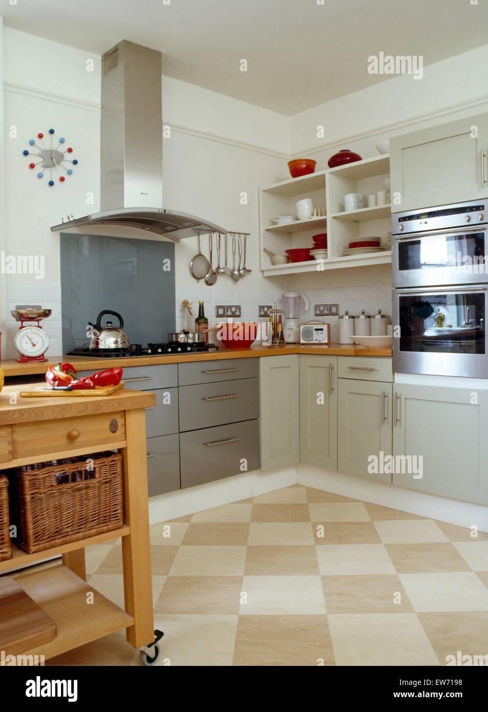 Scacchiera pavimento in mattonelle in cucina moderna con acciaio inossidabile estrattore al di - Mattonelle pavimento cucina ...