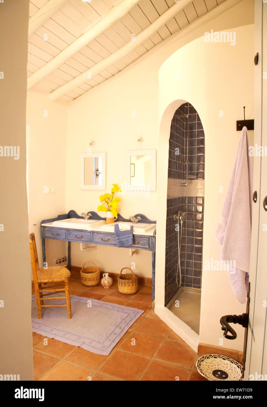 Adobe curva doccia in stile rustico in spagnolo bagno con vasche impostato nel blu dipinto di - Bagno in spagnolo ...