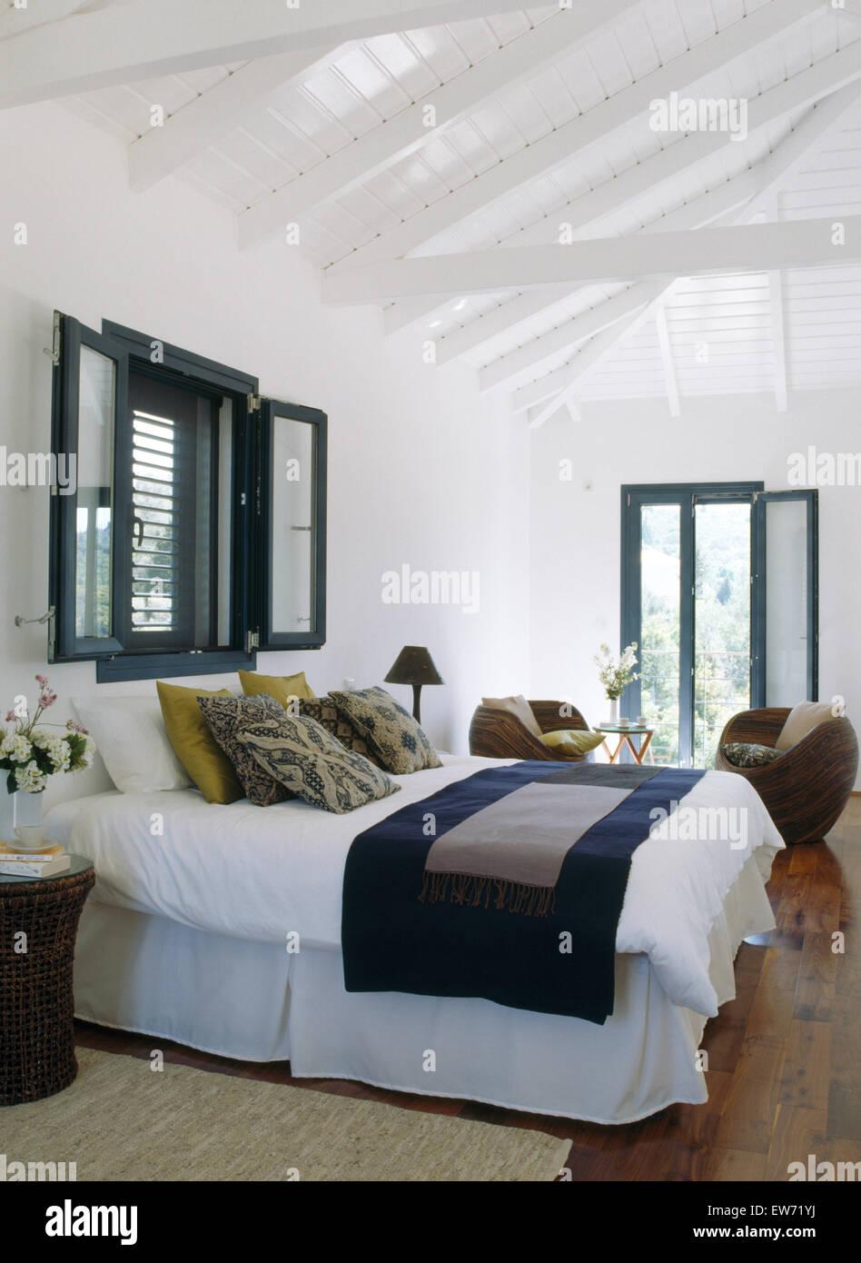 Finestra sopra il letto con biancheria bianca e blu buttare ...