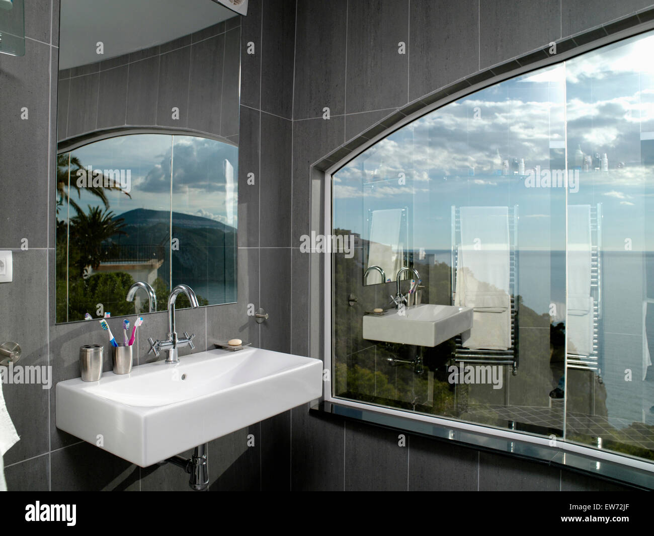 Specchio sopra bianco bacino rettangolare in grigio e moderno