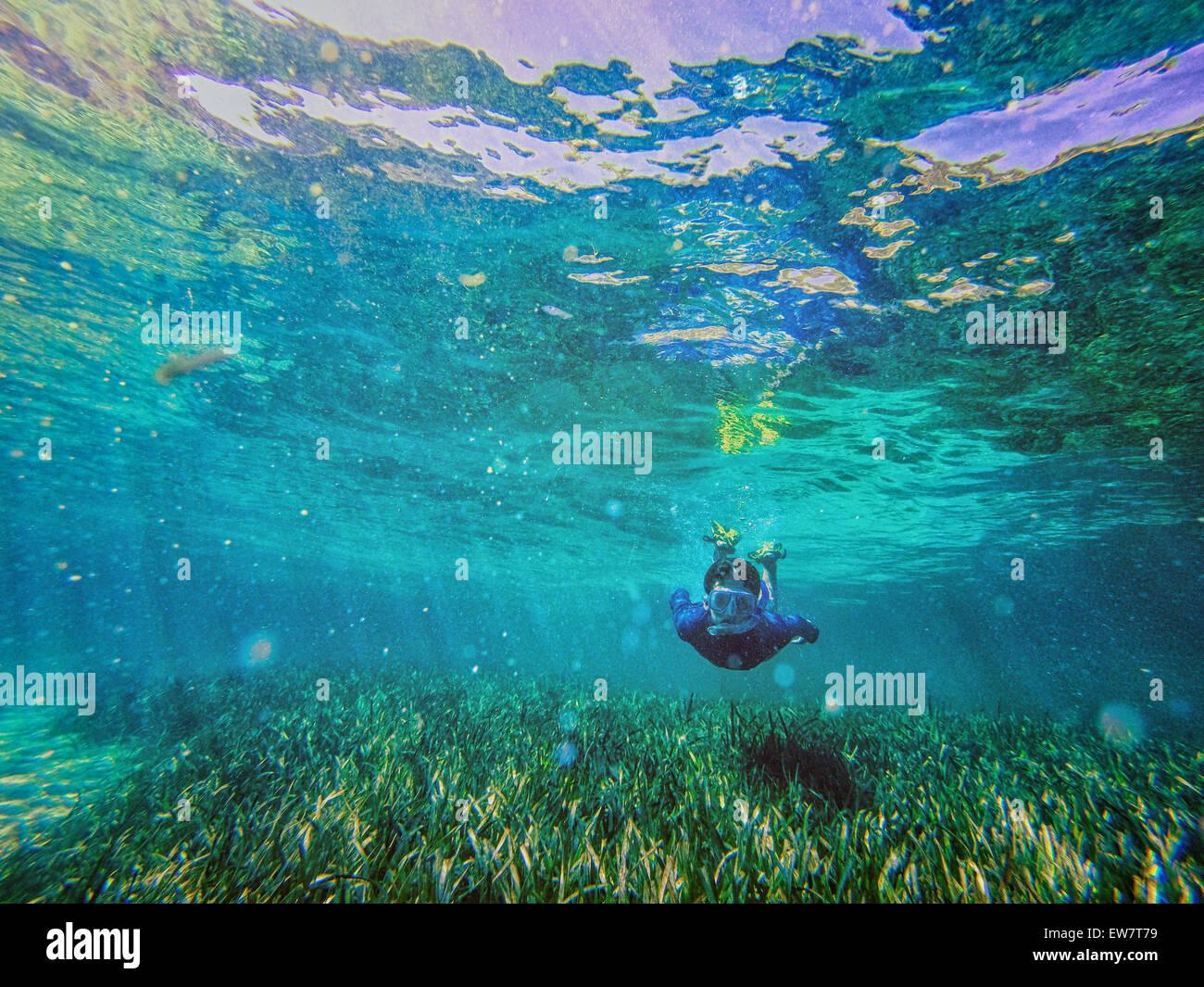 Ragazzo adolescente nuoto con snorkel subacquea, Rottnest, Australia Immagini Stock