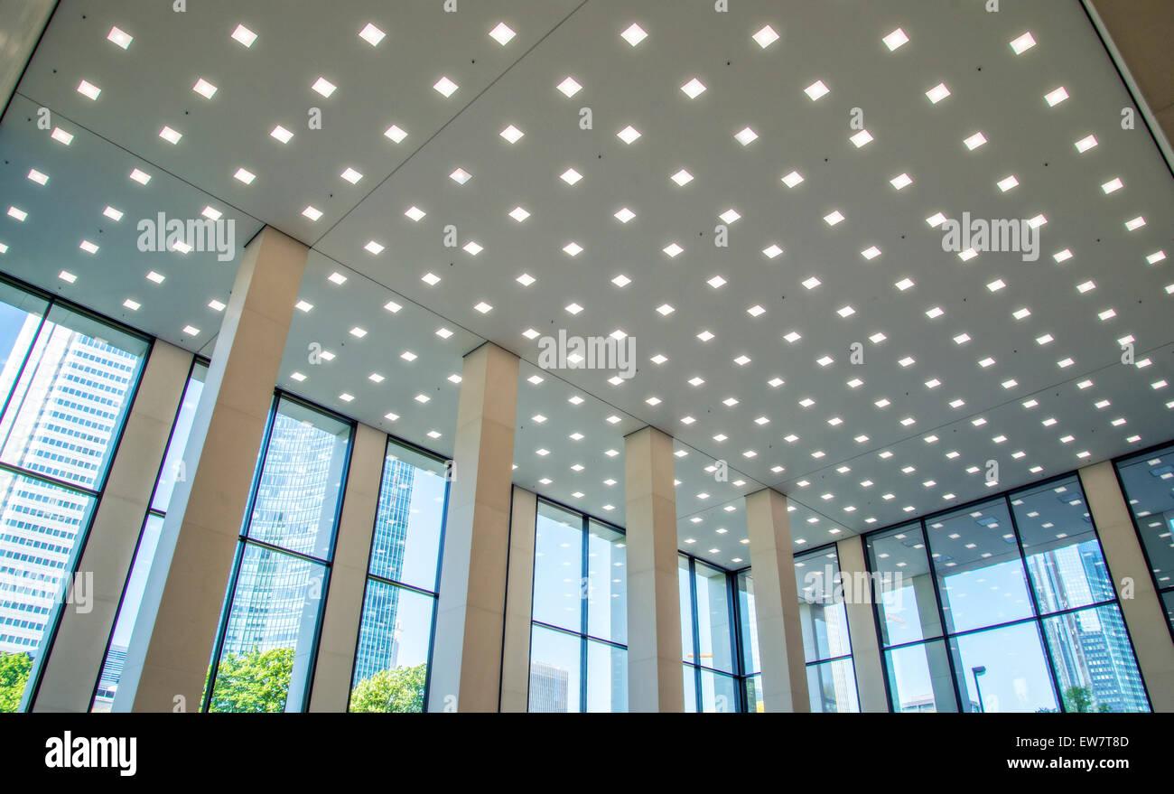 Illuminazione a led nella lobby di un edificio per uffici a