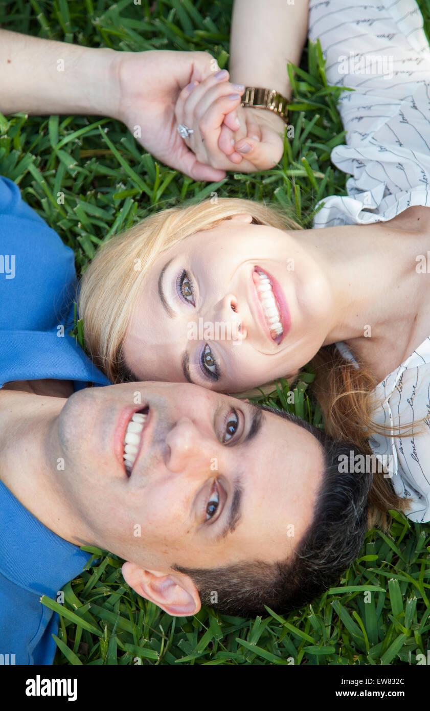 Giovane coppia americana recentemente impegnato nel parco in Florida Immagini Stock