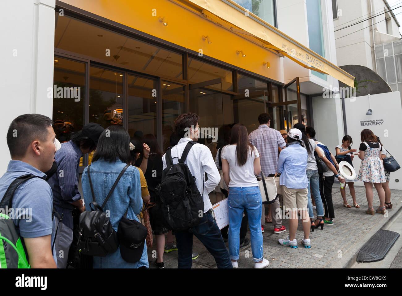 I clienti in attesa in una lunga fila per entrare il nuovo negozio di  pasticceria  Dominique Ansel panificio   in colline di Omotesando su Giugno  20 e77dac09fadd