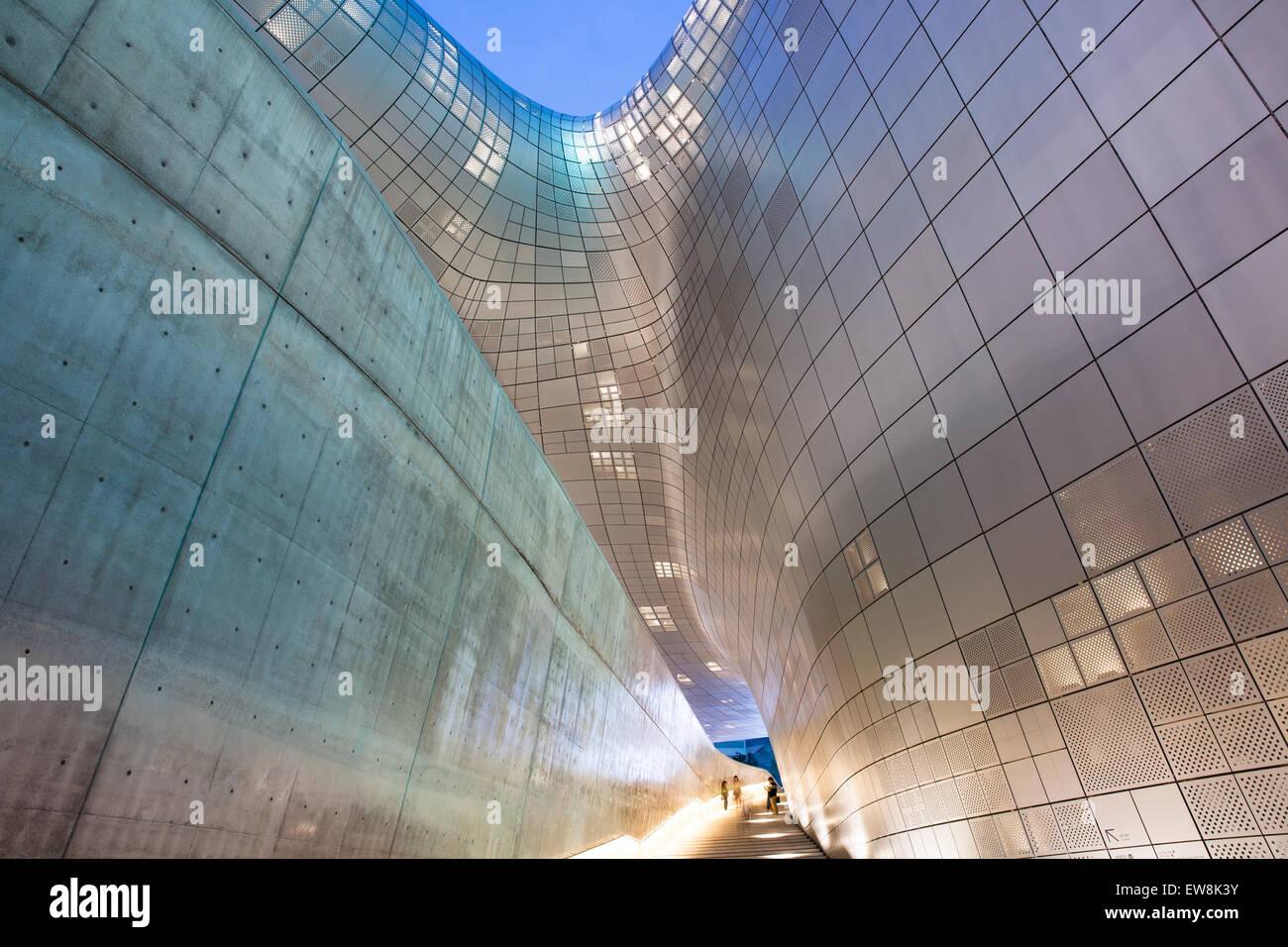 Seul, Repubblica di Corea - 15 agosto 2014: architettura moderna di Dongdaemun Plaza di notte il 15 agosto 2014, Immagini Stock