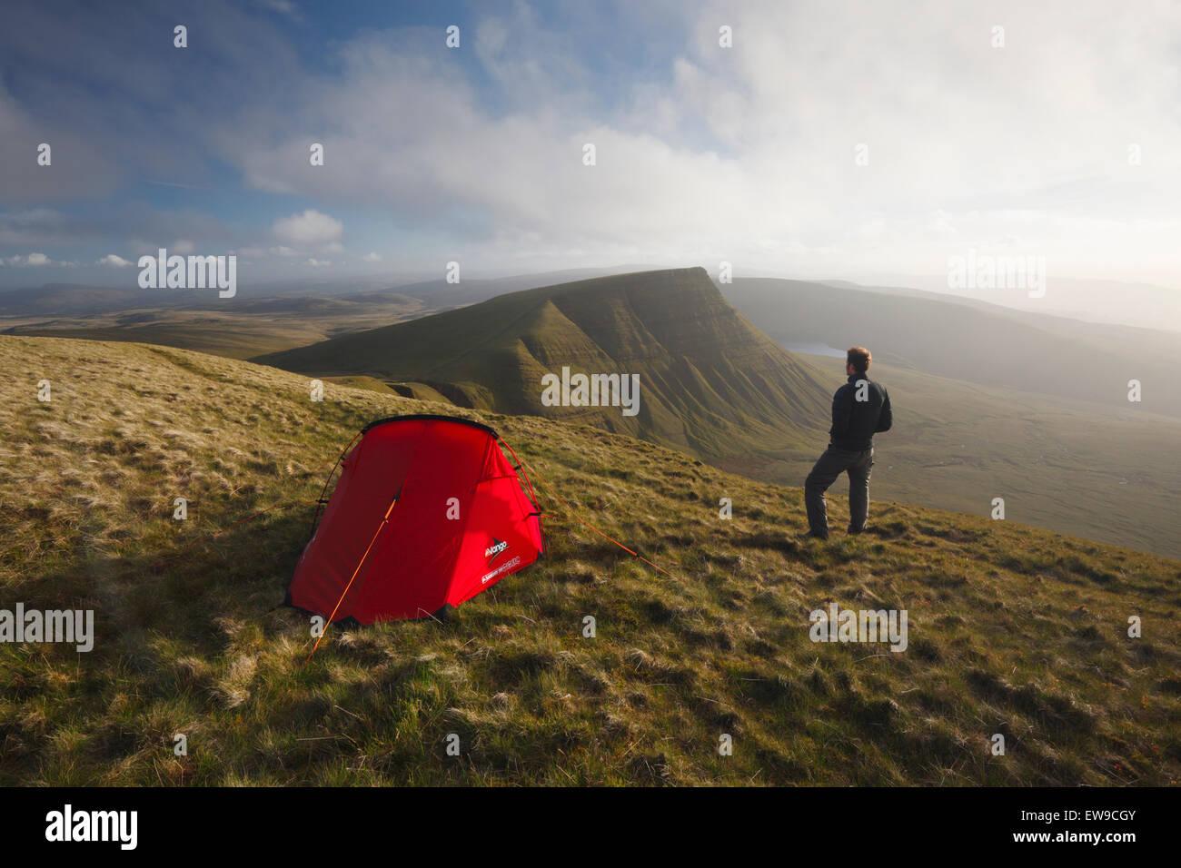 Hillwalker campeggio selvaggio sulla ventola Foel. La Montagna Nera. Parco Nazionale di Brecon Beacons. Carmarthenshire. Immagini Stock