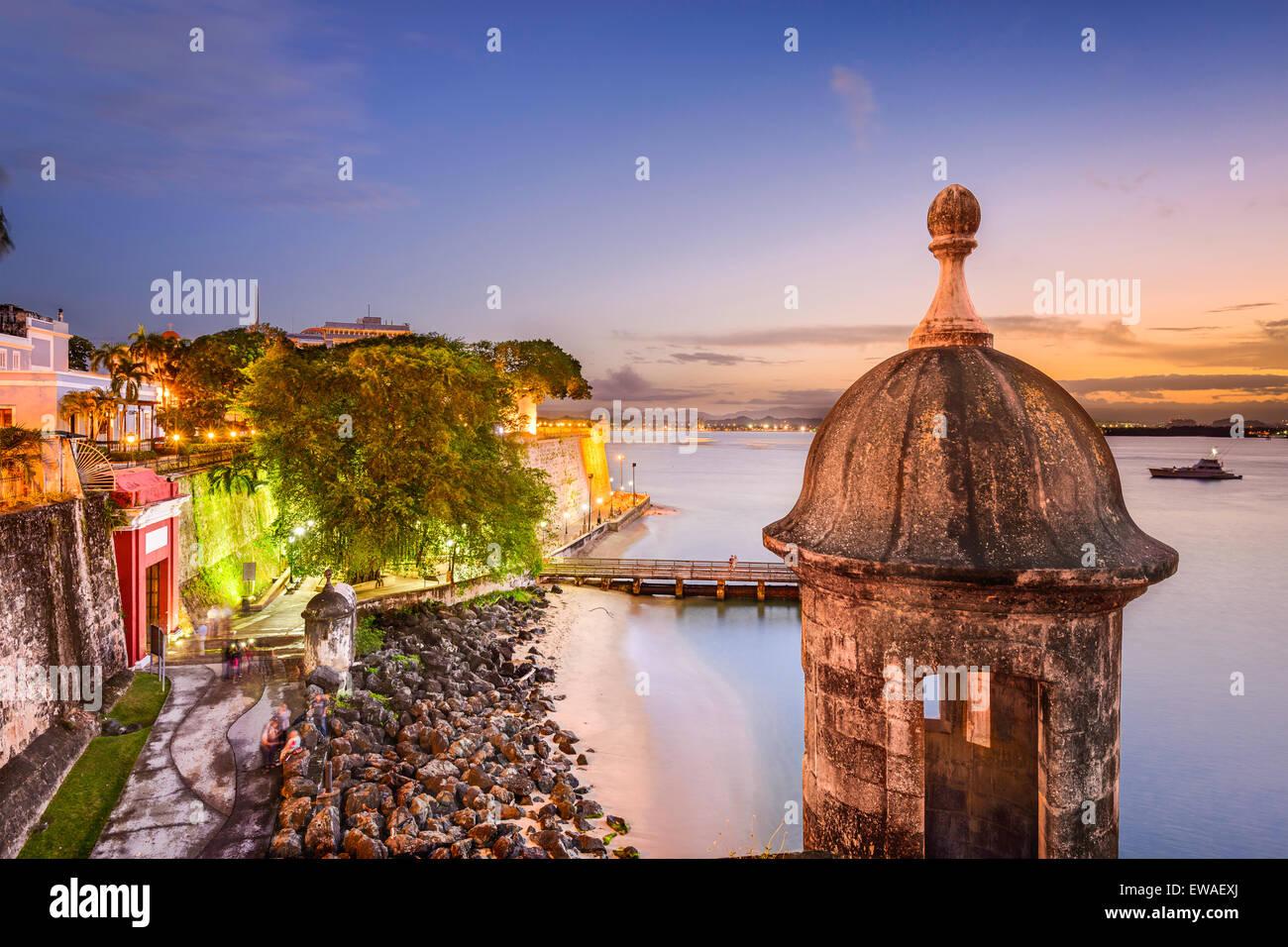 San Juan, Puerto Rico vecchie mura della città al crepuscolo. Immagini Stock