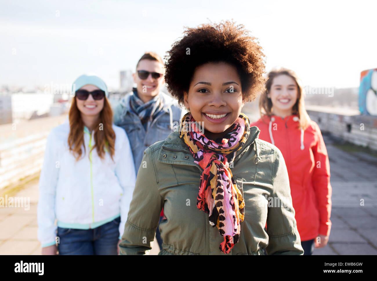 Gruppo di adolescenti felici amici su una strada di città Immagini Stock