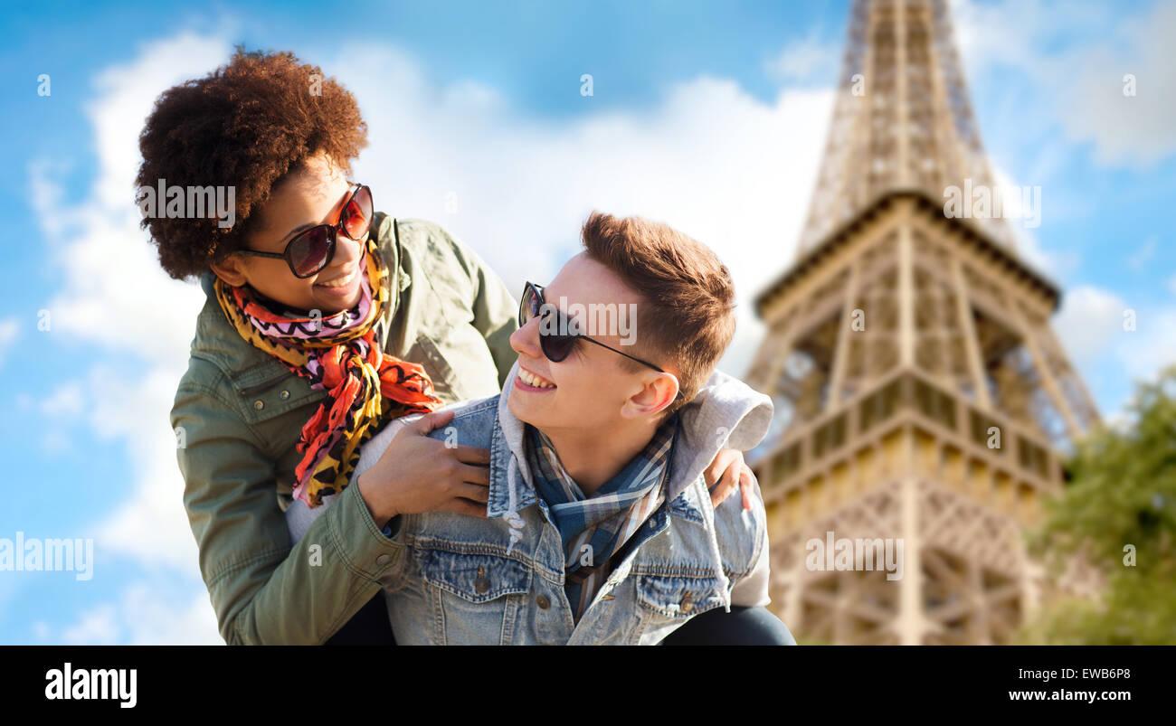 Felice coppia adolescente su Parigi torre eiffel Immagini Stock