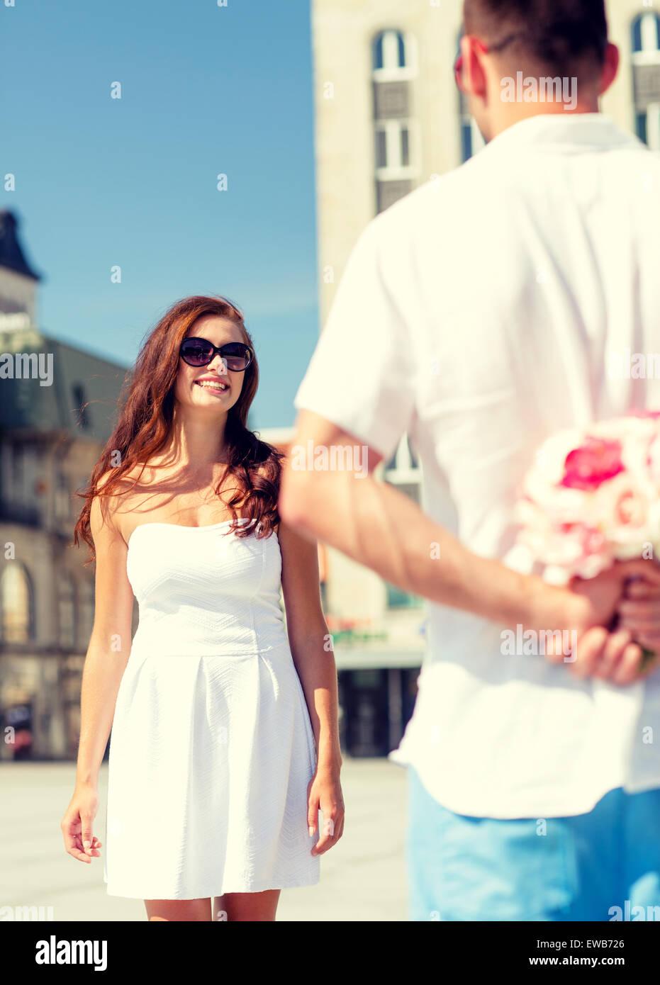 Coppia sorridente in città Immagini Stock
