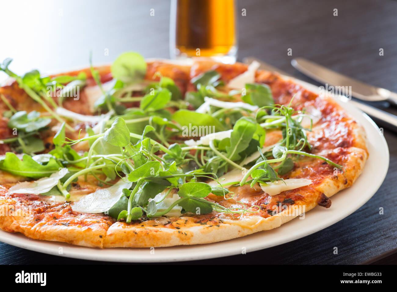 Pizza e birra Immagini Stock