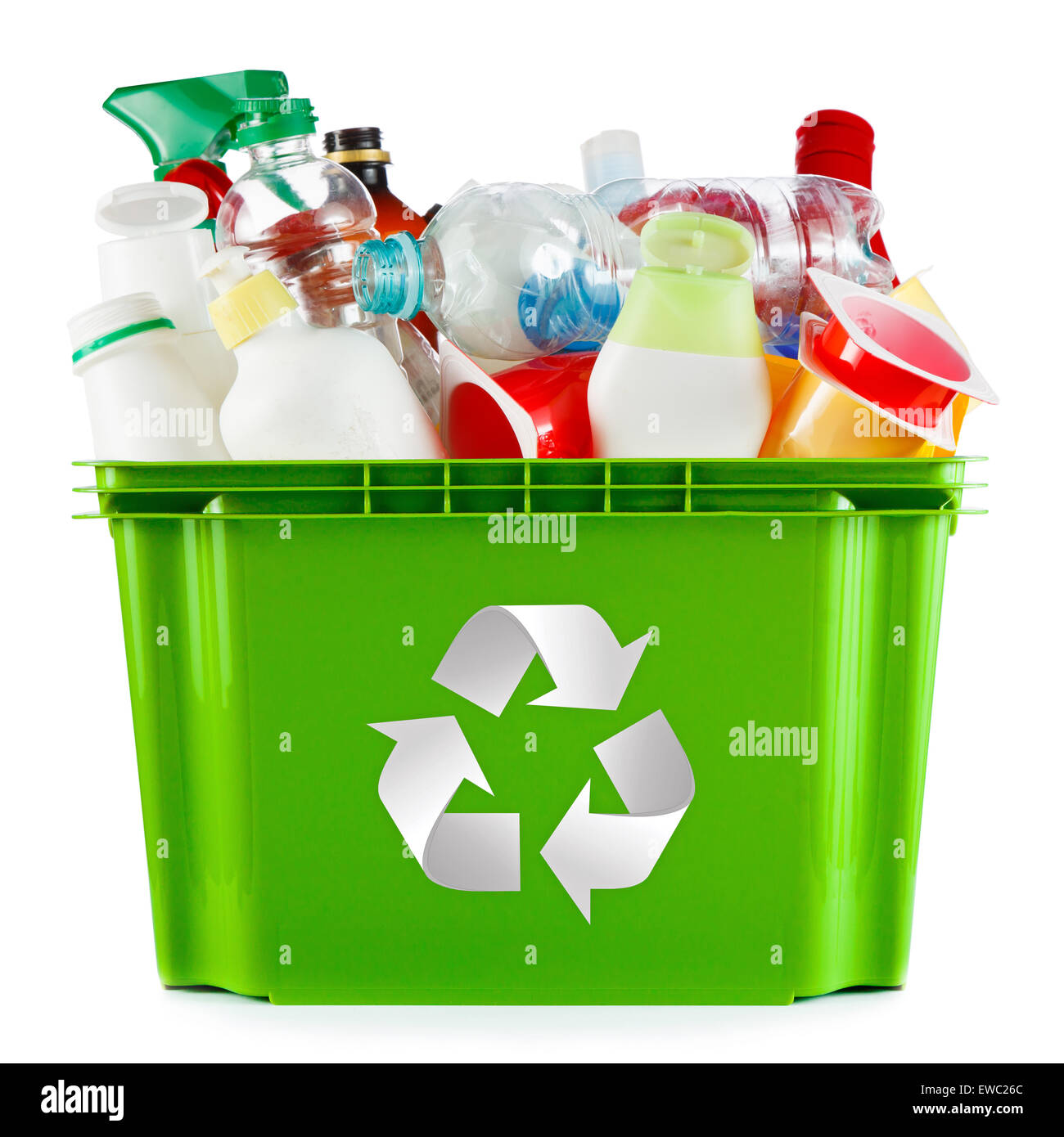 Concetto di riciclaggio - cassone pieno di svuotare i contenitori in plastica e bottiglie Immagini Stock