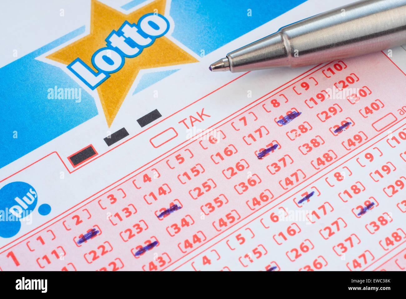 GDANSK, Polonia - 12 Aprile, 2015. Biglietto del lotto con i numeri contrassegnati Immagini Stock