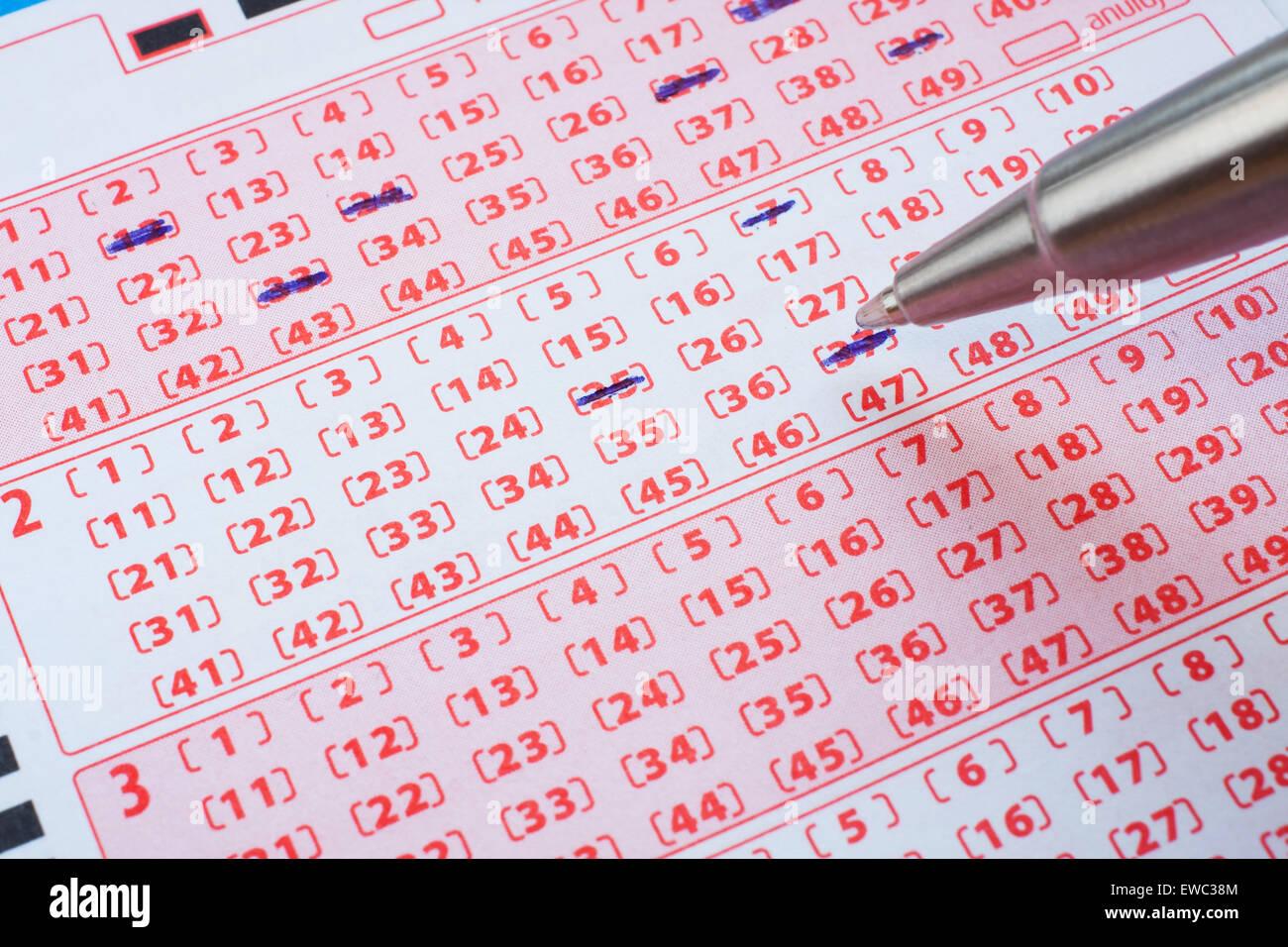 Biglietto del lotto con i numeri contrassegnati Immagini Stock