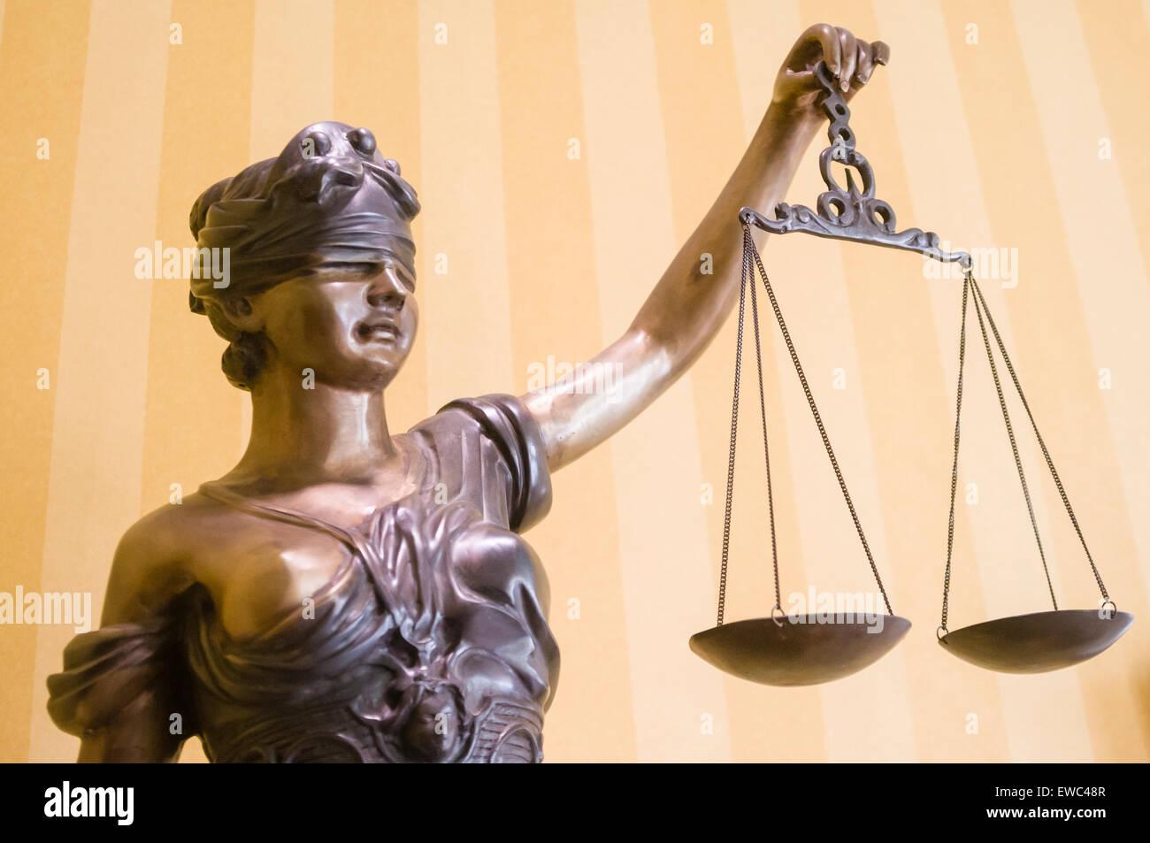 """Statua di bronzo di 'Lady di giustizia"""", con gli occhi bendati e in possesso di una coppia di scale Immagini Stock"""
