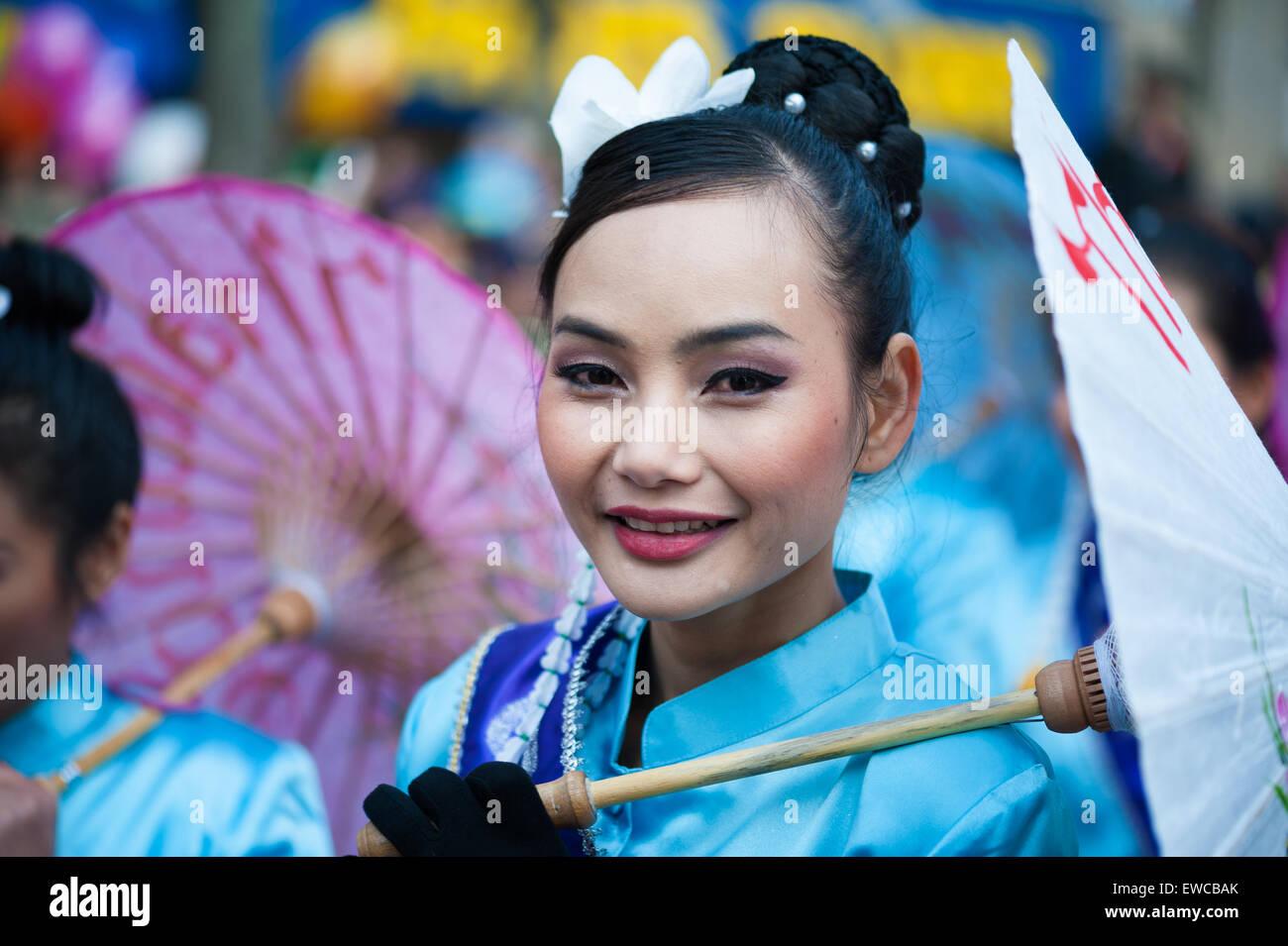 Parigi - 17 Febbraio 2013: bella ragazza cinese sfilate presso il nuovo anno lunare Festival. Foto Stock
