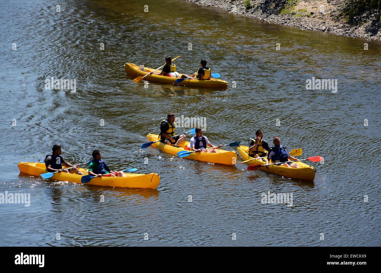 In canoa sul fiume Allier vicino Dallet Puy de Dome Auvergne Francia Immagini Stock
